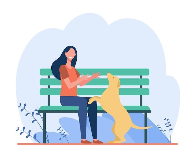Frau, die hund im park geht. mädchen, das mit ihrem haustier draußen spielt. karikaturillustration Kostenlosen Vektoren