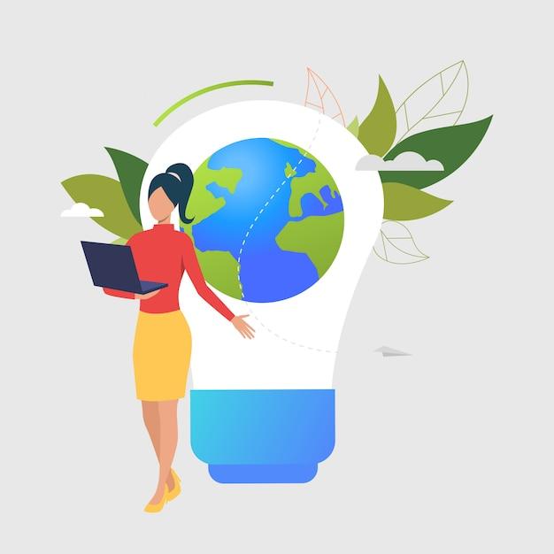 Frau, die laptop, glühlampe, erdkugel und grünblätter verwendet Kostenlosen Vektoren