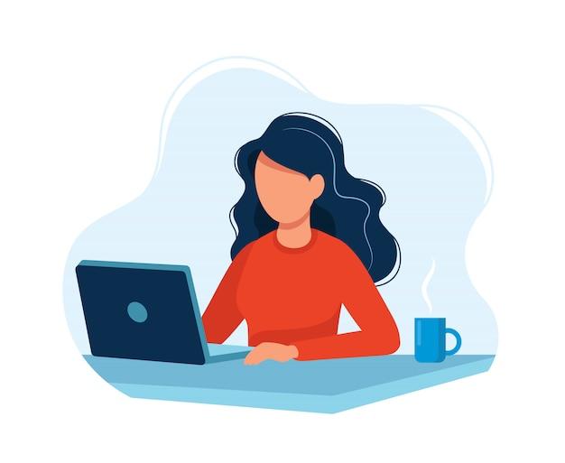 Frau, die mit computer arbeitet Premium Vektoren