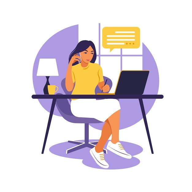 Frau, die tisch mit laptop und telefon sitzt. arbeiten an einem computer. freiberufliche, online-bildung oder social-media-konzept. studienkonzept. flacher stil. Premium Vektoren