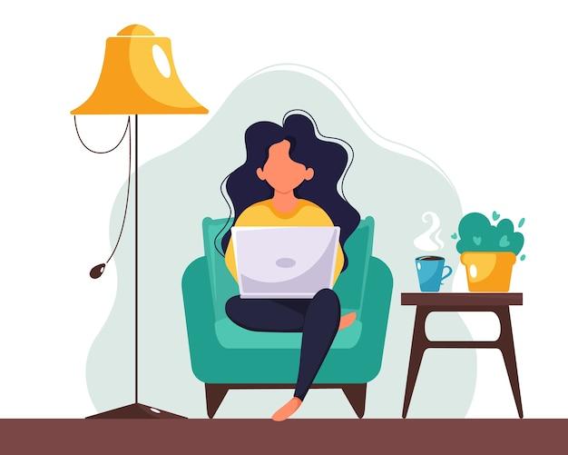 Frau, die zu hause am laptop arbeitet. freiberufliches, studierendes, fernarbeitskonzept. illustration im flachen stil. Premium Vektoren