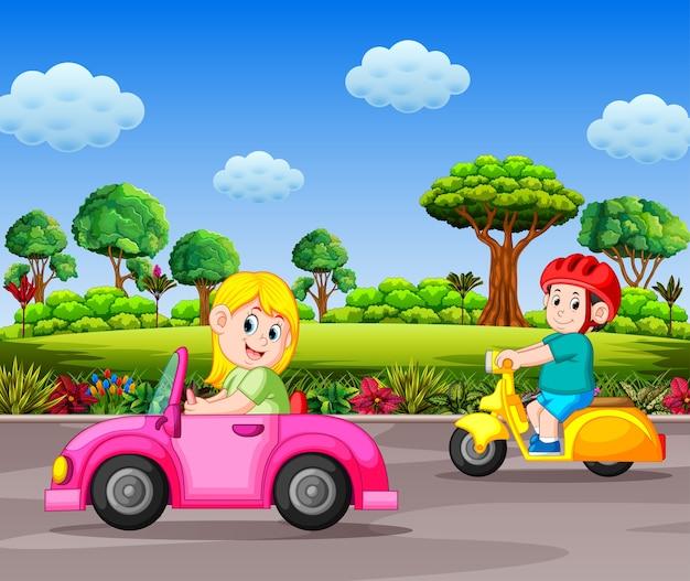 Frau fährt das rosa auto auf der straße mit dem schönen strandhintergrund Premium Vektoren