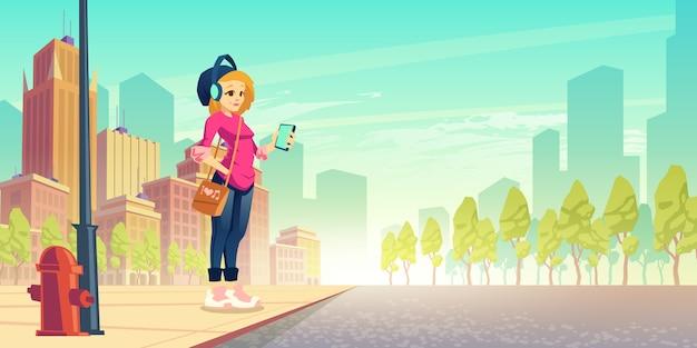 Frau hören musik auf der straße. glückliches junges städtisches mädchen im drahtlosen kopfhörer mit smartphone stehen in der hand am straßenrand, der spaß hat. spaziergang im freien, freizeit, stadtbummel. cartoon-vektor-illustration Kostenlosen Vektoren