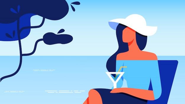 Frau in der blauen bluse mit dem glas, das nahe meer stillsteht. Premium Vektoren