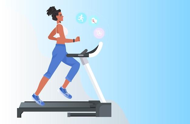 Frau läuft auf laufband afroamerikanermädchen, das fitnessübungen macht, die gesundes lebensstilkonzept trainieren Premium Vektoren