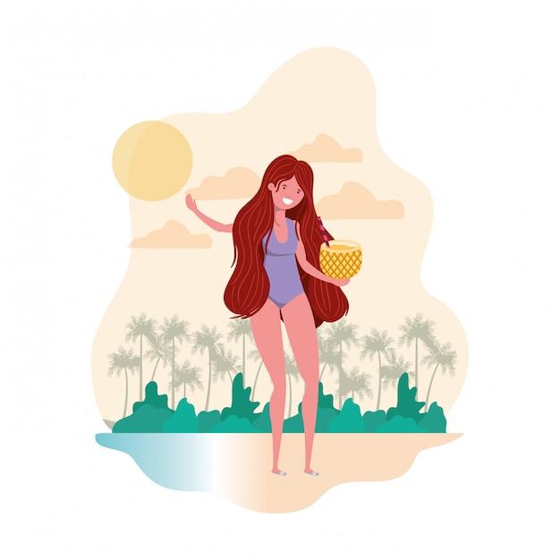 Frau mit badeanzug und ananas-cocktail in der hand Kostenlosen Vektoren