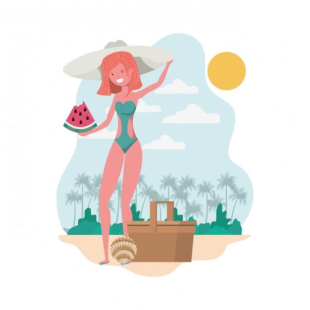 Frau mit badeanzug und teil der wassermelone in der hand Kostenlosen Vektoren