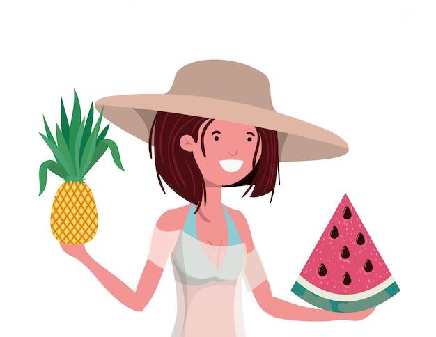 Frau mit badeanzug und tropischen früchten in der hand Kostenlosen Vektoren