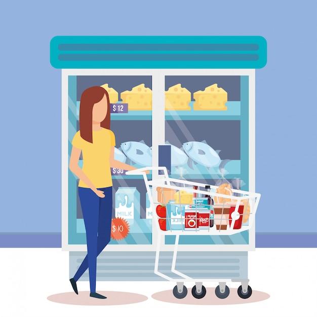 Frau mit einkaufswagen und produkten Kostenlosen Vektoren