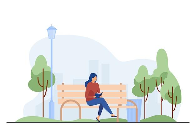 Frau sitzt auf bank und liest buch. park, stadt, entspannung flache vektorillustration. wochenend- und naturkonzept Kostenlosen Vektoren