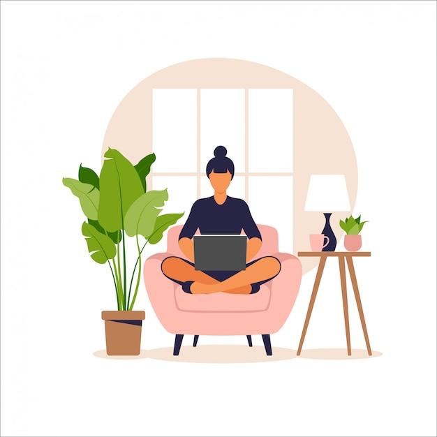 Frau sitzt auf sofa mit laptop. arbeiten an einem computer. freiberufliche, online-bildung oder social-media-konzept. von zu hause aus arbeiten, remote-job. flacher stil. illustration. Premium Vektoren