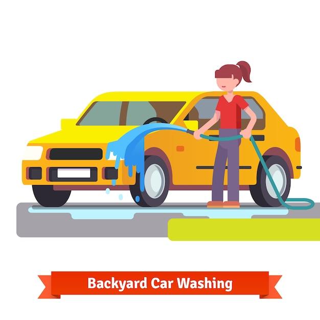 Frau wäscht ihr familienauto mit spritzschlauch Kostenlosen Vektoren