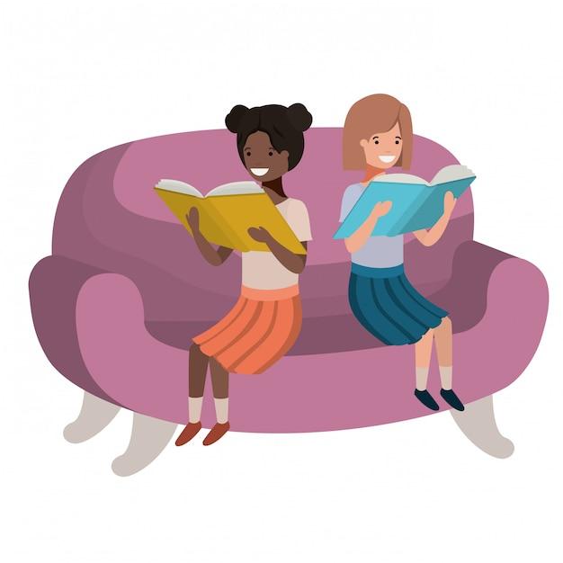 Frauen, die im sofa mit buchavataracharakter sitzen Premium Vektoren