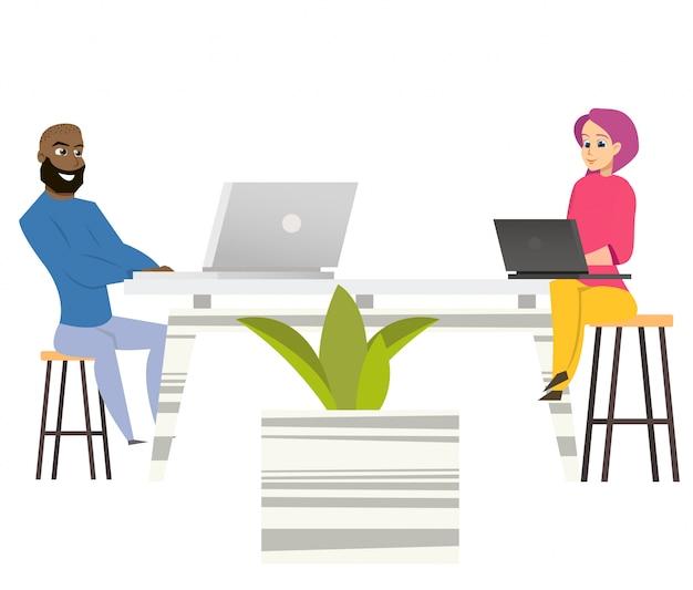Freiberufler mann frau sitzen am tisch mit laptops Premium Vektoren