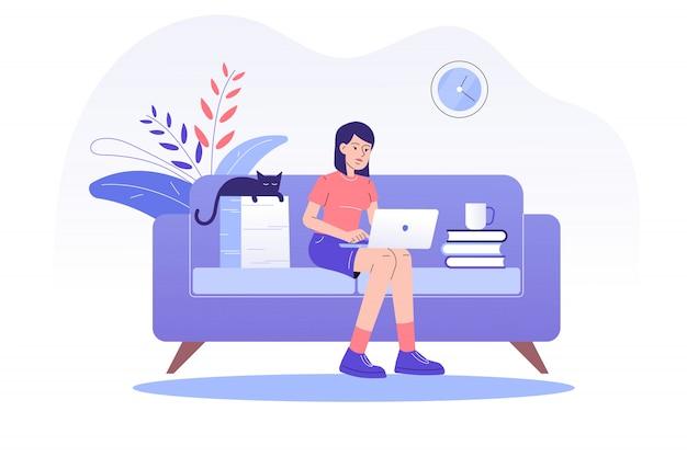Freiberuflerin sitzt auf dem sofa und arbeitet online mit einem laptop zu hause Premium Vektoren