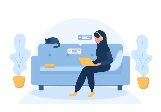 Freiberufliche frauen. arabisches mädchen im hijab und in den kopfhörern mit laptop, der auf dem sofa liegt. konzeptillustration für arbeiten von zu hause, bildung, gesunden lebensstil. illustration im flachen stil. Premium Vektoren