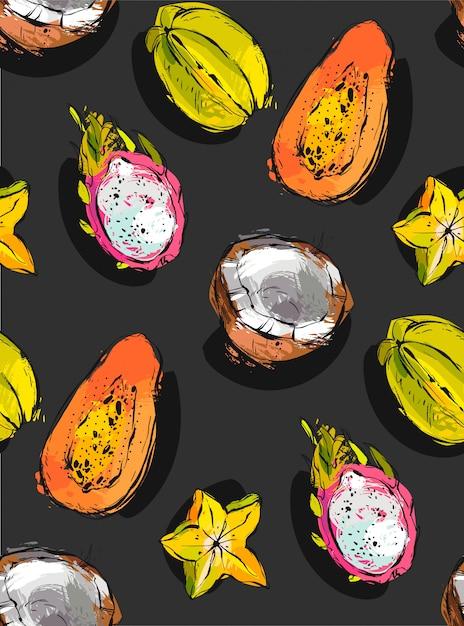 Freihand strukturiertes ungewöhnliches nahtloses muster mit exotischen tropischen früchten papaya, drachenfrucht, kokosnuss und karambola lokalisiert auf schwarzem hintergrund, Premium Vektoren