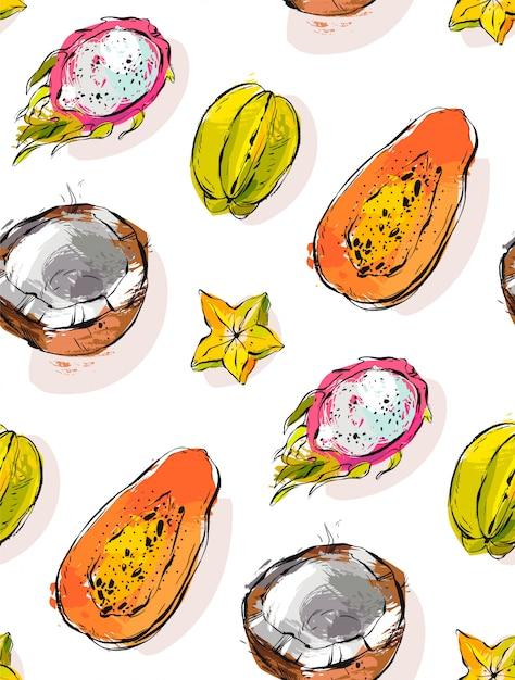 Freihand strukturiertes ungewöhnliches nahtloses muster mit exotischen tropischen früchten papaya, drachenfrucht, kokosnuss und karambola lokalisiert auf weißem hintergrund. Premium Vektoren