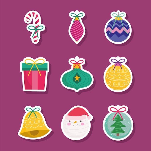 Frohe weihnachten, aufkleber der weihnachtsgeschenkkugeln glocke und zuckerstangendekorationsjahreszeitikonen Premium Vektoren