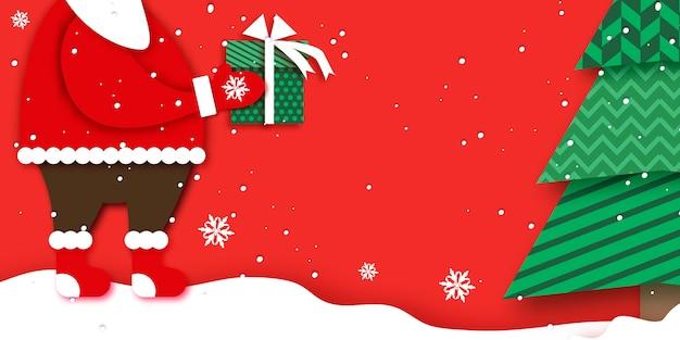 Frohe weihnachten grußkarte mit weihnachtsmannhänden, die grüne geschenkbox mit weißer schleife halten. magischer weihnachtsbaum. frohes neues jahr im papercraft-stil. roter hintergrund. winterferien. Premium Vektoren