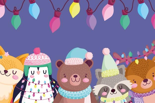 Frohe weihnachten, niedliches bärenpinguin-fuchs-reh und waschbärporträt beleuchtet dekorationskarikaturillustration Premium Vektoren