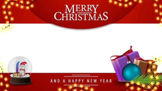 Frohe weihnachten, rote und weiße vorlage für ihre künste mit geschenken und schneekugel mit schneemännern im inneren Premium Vektoren