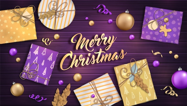 Frohe weihnachten und ein glückliches neues jahr. hintergrund mit weihnachtsdekoration - purpur und goldflitter, handwerksgeschenkboxen und girlanden auf hölzernem hintergrund Premium Vektoren