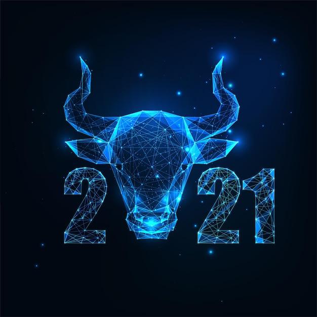 Futuristische chinesische neujahrsgrußkartenschablone mit dem leuchtenden niedrigen polygonalen ochsenhoroskopzeichen und den zahlen auf dunkelblauem hintergrund. modernes drahtgitterdesign Premium Vektoren