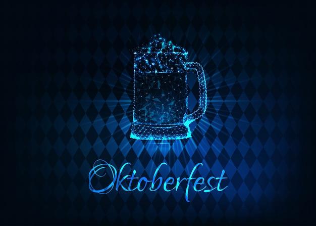 Futuristisches glühendes niedriges polygonales oktoberfest-plakat mit dem glasbierkrug Premium Vektoren