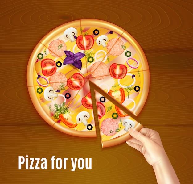 Gebackene realistische zusammensetzung der pizza auf hölzernem hintergrund mit der hand, die stück des tellers hält Kostenlosen Vektoren