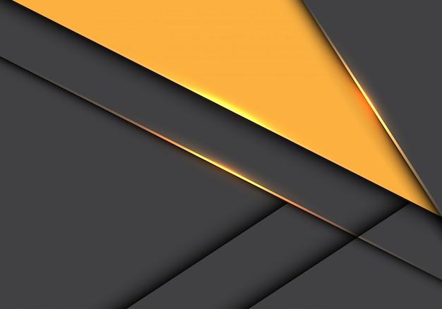 Gelbes dreieck auf futuristischem hintergrund der grauen metallischen deckung. Premium Vektoren