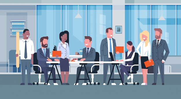 Geschäfts-team-brainstorming-sitzung, gruppe wirtschaftler, die zusammen im büro besprechen n sitzen Premium Vektoren