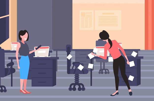 Geschäftsfrau, die aufkleber postet geschäftsgründungsplanungsmanagementkonzept geschäftsleute, die arbeitsagenda unter verwendung der haftnotizen des modernen büroinnenraums in voller länge horizontal planen Premium Vektoren