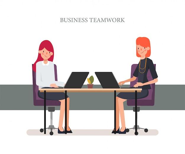 Geschäftsfrau, die mit laptopkollegen arbeitet. Premium Vektoren