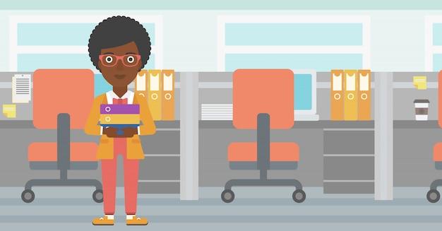 Geschäftsfrau, die stapel von ordnern hält. Premium Vektoren