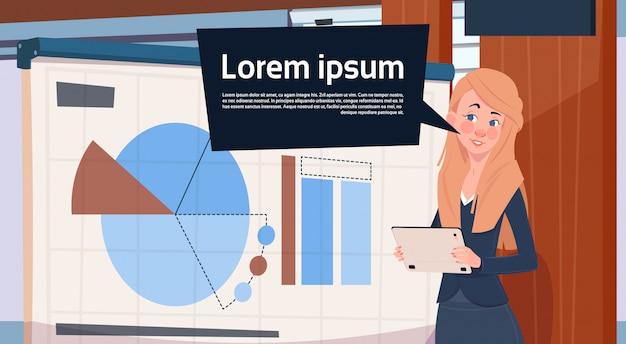 Geschäftsfrau holding presentation stand über bord mit diagrammen und diagramm-geschäftsfrau-seminar Premium Vektoren