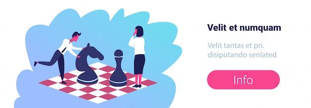 Geschäftsfrau-mann, der schach-stehenden schachbrettstrategie-geschäftstaktik-karrierewettbewerb spielt Premium Vektoren