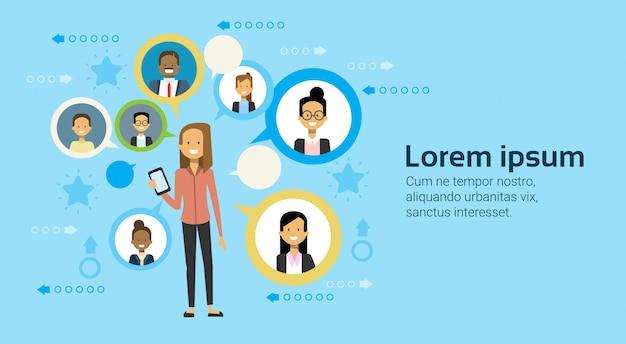 Geschäftsfrau using smart phone messaging mit wirtschaftler-geschäfts-vernetzungs-konzept Premium Vektoren