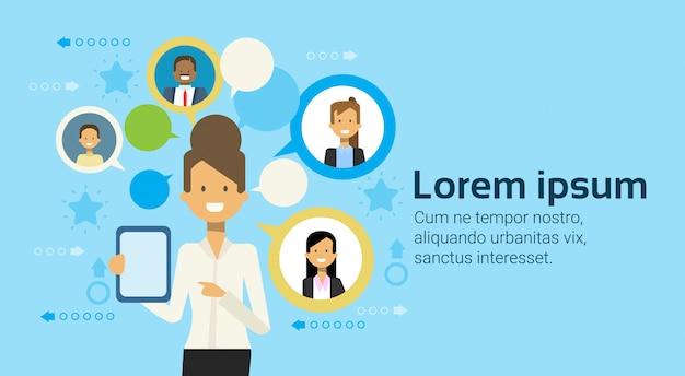 Geschäftsfrau using tablet computer messaging mit wirtschaftler-geschäfts-vernetzungs-konzept Premium Vektoren