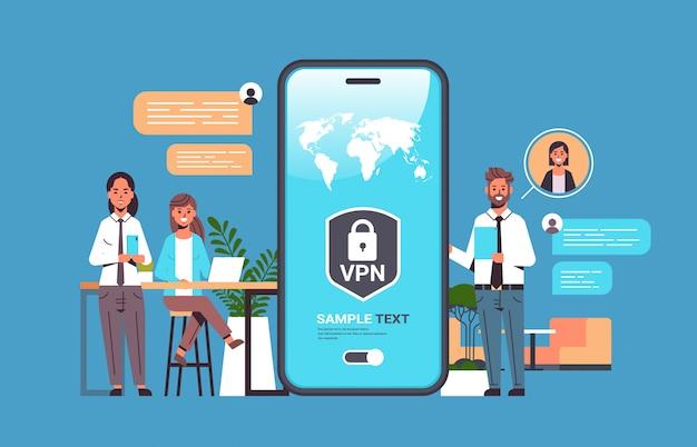 Geschäftsleute, die vpn für ein virtuelles privates netzwerk für das kommunikationskonzept zur cybersicherheit verwenden Premium Vektoren