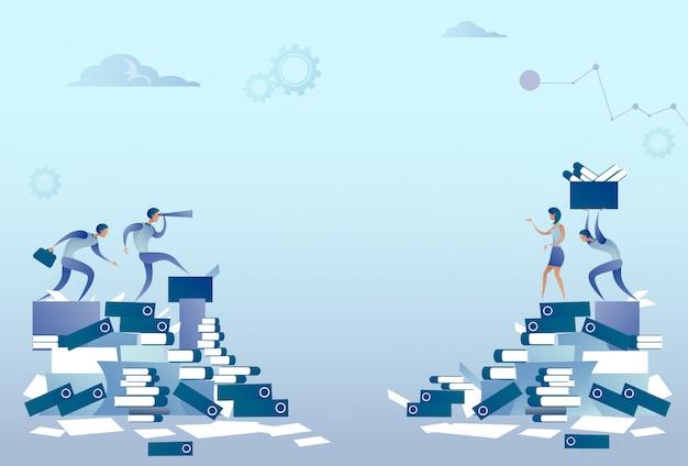 Geschäftsleute gruppe auf dokumenten-stapel-schreibarbeits-problem-konzept Premium Vektoren
