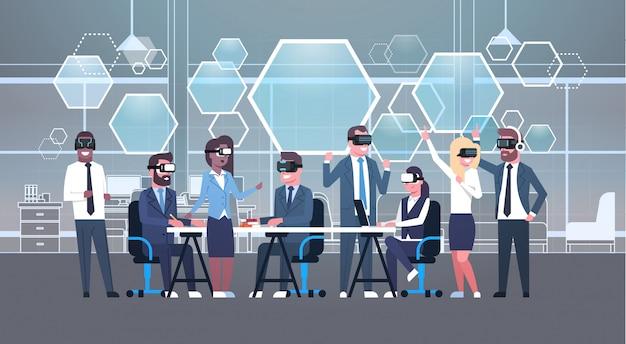 Geschäftsleute gruppieren tragenden vr-kopfhörer während des brainstormings, team in-gläser 3d auf dem treffen des technologie-konzeptes der virtuellen realität Premium Vektoren