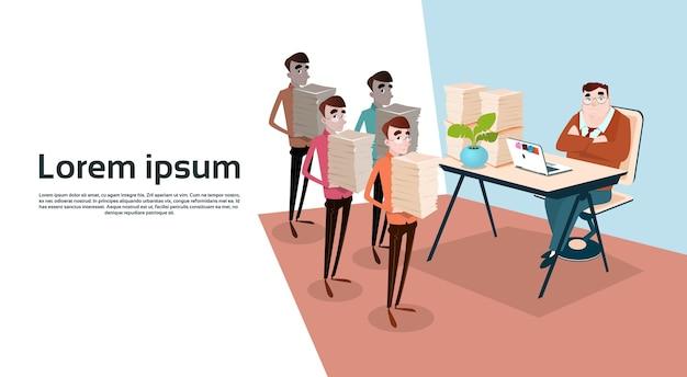 Geschäftsleute halten gestapelte dokumente Premium Vektoren