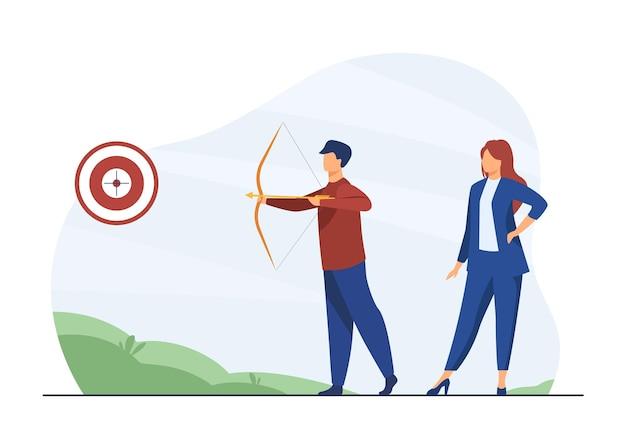 Geschäftsleute konzentrierten sich auf das ziel. kollegen mit bogenschießen, die auf das ziel zielen. karikaturillustration Kostenlosen Vektoren