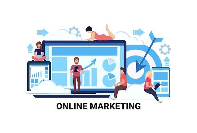 Geschäftsleute mit gadgets diagramme diagramm online-marketing e-commerce interne Premium Vektoren