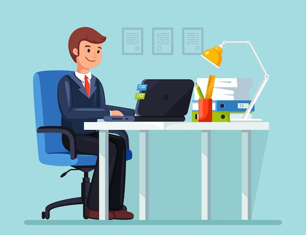 Geschäftsmann, der am schreibtisch arbeitet. büroeinrichtung mit computer, laptop, dokumenten, tischlampe, kaffee. manager sitzt auf stuhl. arbeitsplatz für arbeiter, angestellte. flaches design Premium Vektoren