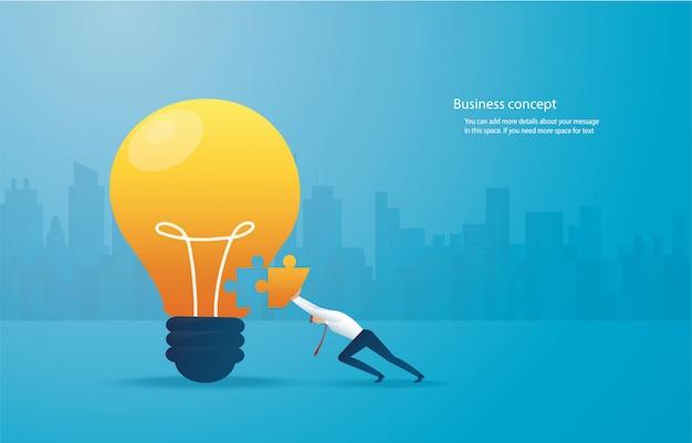 Geschäftsmann, der das puzzle lightblub zusammensetzt. Premium Vektoren