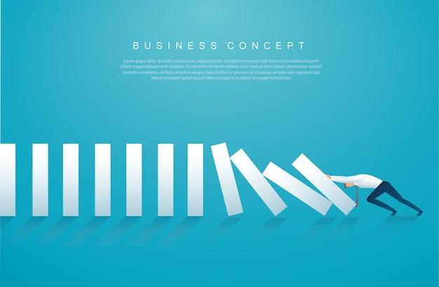 Geschäftsmann, der den dominoeffekt stoppt Premium Vektoren