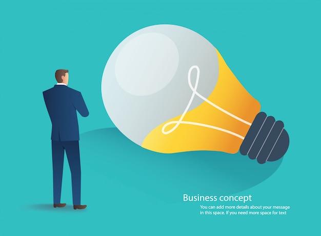 Geschäftsmann, der mit glühlampeideenkonzept steht Premium Vektoren