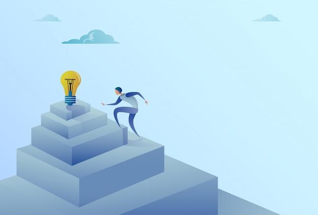 Geschäftsmann, der treppe zum neuen ideen-erfolgs-konzept der glühlampe steigt Premium Vektoren